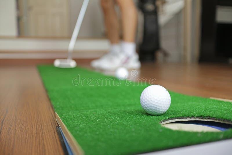 Pratica domestica di tiro in buca di golf immagini stock