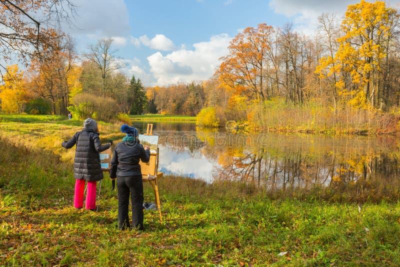 Pratica plenaria nel parco di autunno immagini stock