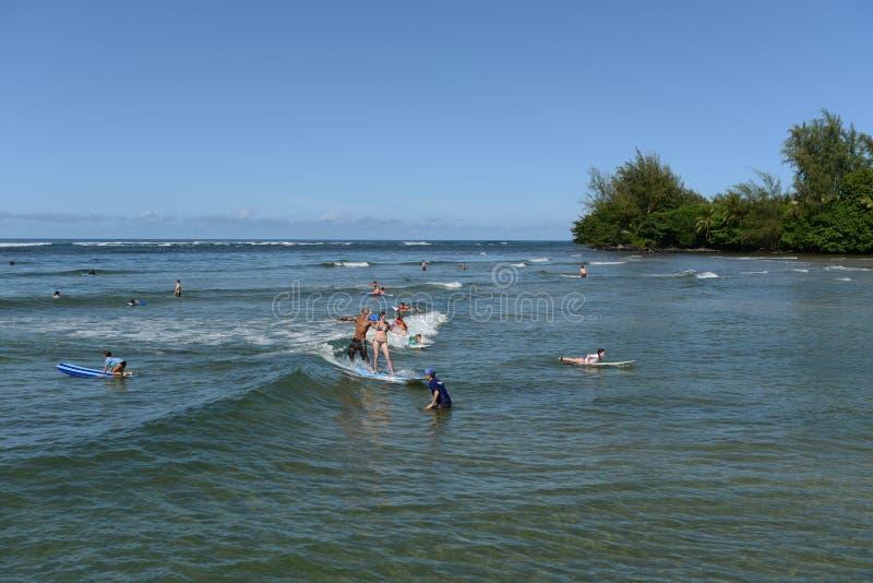 Praticando il surfing alla baia di Hanalei immagine stock