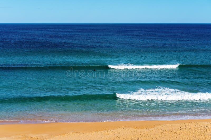 Praticando il surfing alla spiaggia Australia di Logan fotografia stock libera da diritti