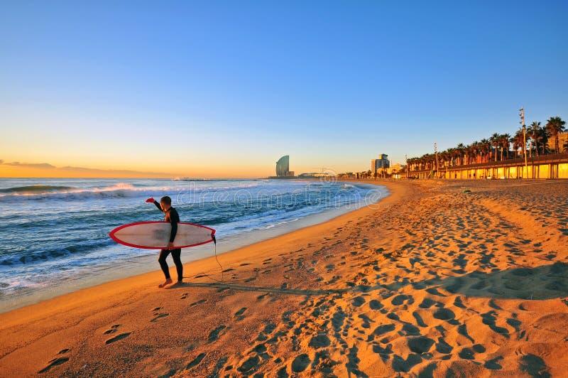 Praticando il surfing a Barcellona immagini stock libere da diritti