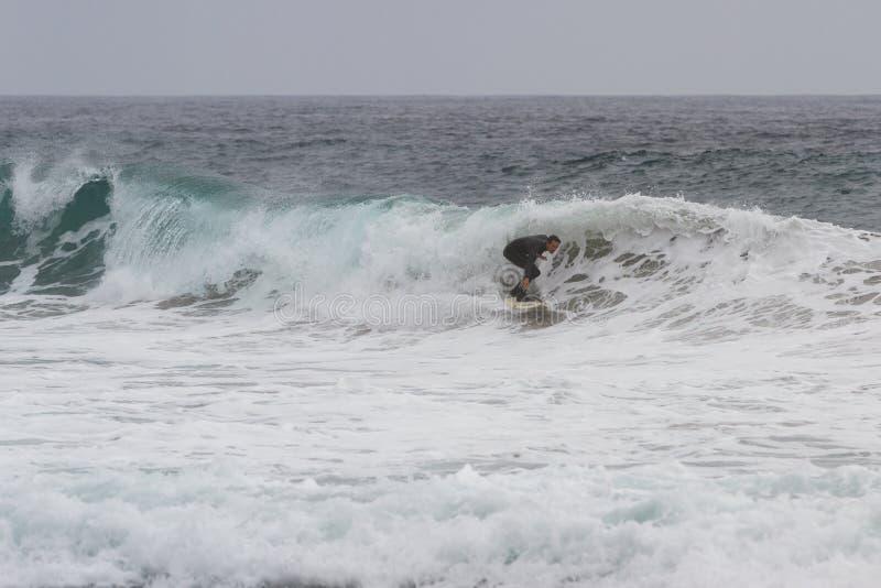 Praticando il surfing in California fotografie stock
