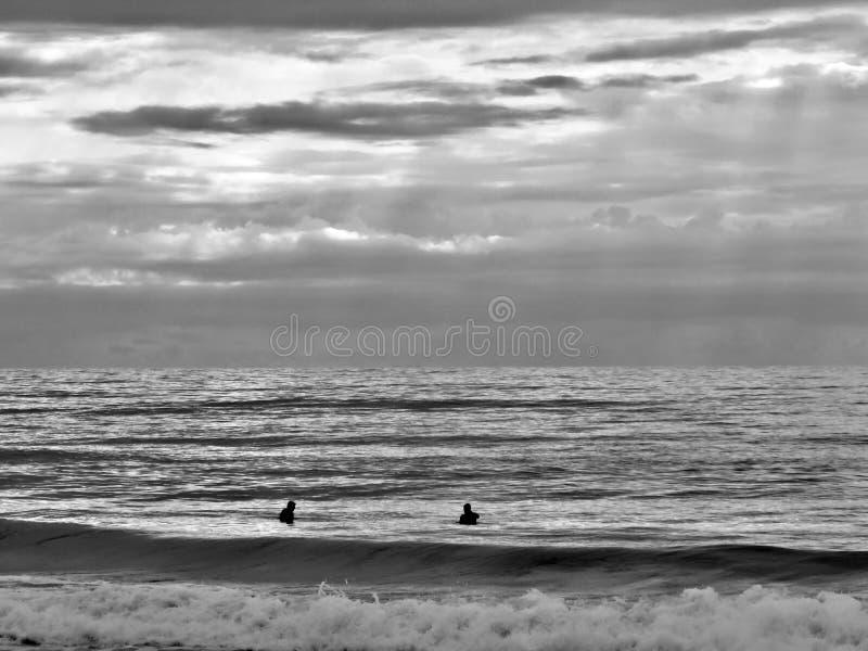 Praticando il surfing con un amico fotografie stock libere da diritti
