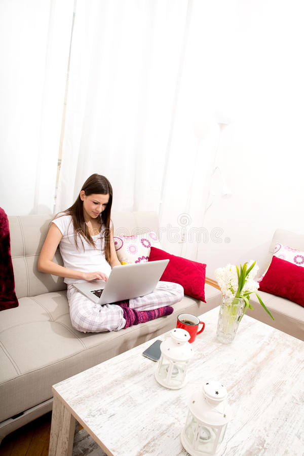 Praticando il surfing in Internet a casa immagini stock