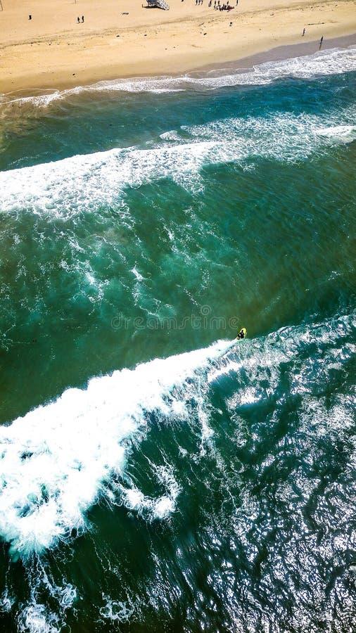 Praticando il surfing a Manhattan Beach fotografia stock libera da diritti