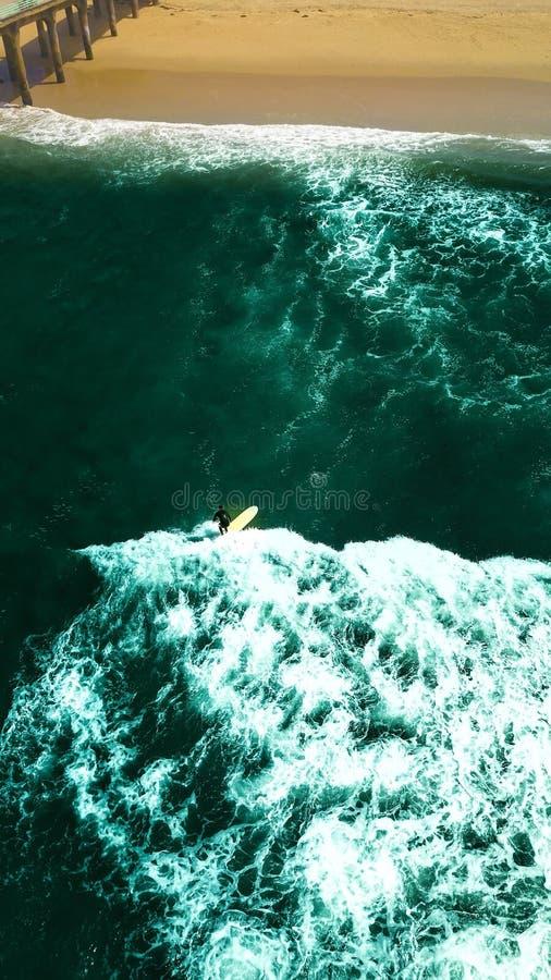 Praticando il surfing in Manhattan Beach immagine stock
