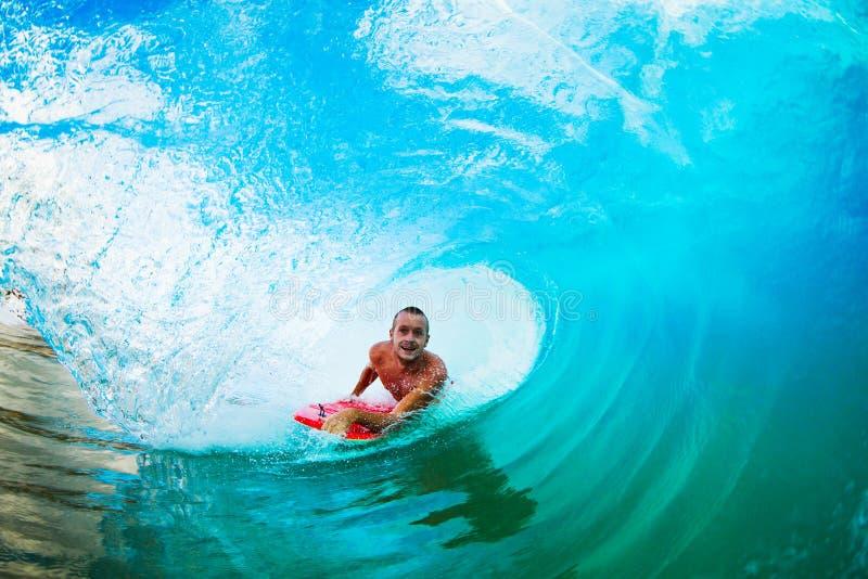 Praticando il surfing nel barilotto fotografia stock libera da diritti