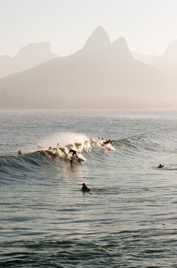 Praticando il surfing in Rio de Janeiro fotografia stock libera da diritti
