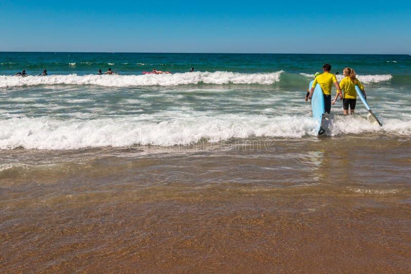 Praticando il surfing in San Sebastian Basque Country Northern Spain fotografie stock libere da diritti