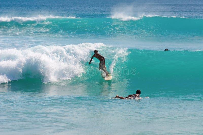 Praticando il surfing su Bali fotografie stock libere da diritti