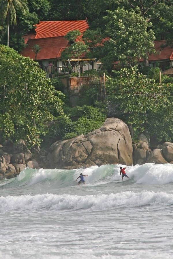 Praticando il surfing in Tailandia immagine stock libera da diritti