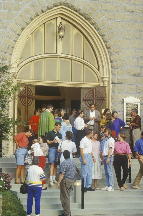 Praticante all'amicizia fuori della chiesa fotografie stock libere da diritti