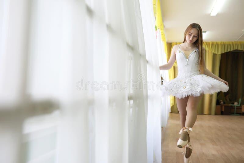 Praticar bonito do dançarino de bailado da menina fotografia de stock