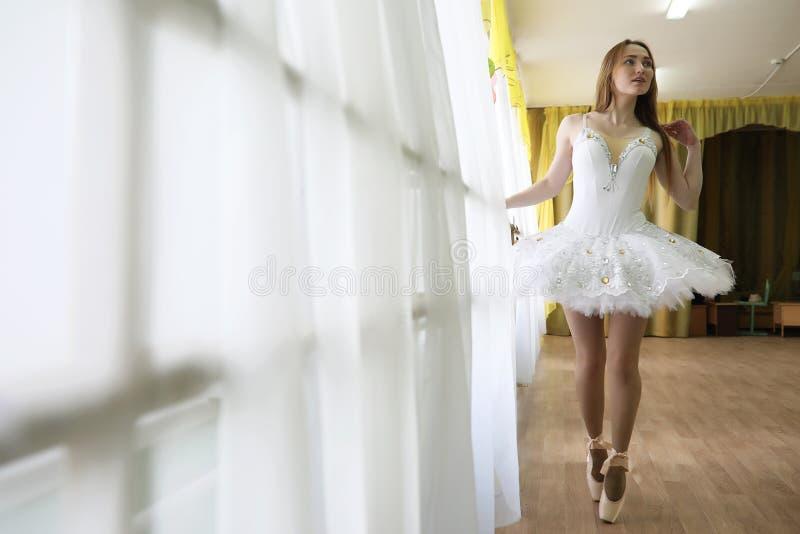 Praticar bonito do dançarino de bailado da menina fotos de stock royalty free