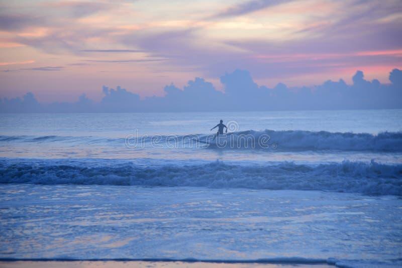 Praticare il surfing è uno stile di vita per molti dei partecipanti più anziani che sono nel loro agewise di trenta ` s immagine stock libera da diritti
