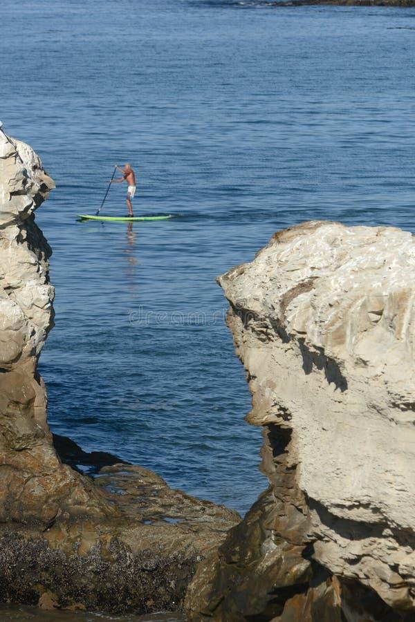 Download Praticare il surfing immagine stock. Immagine di scogliera - 3875133