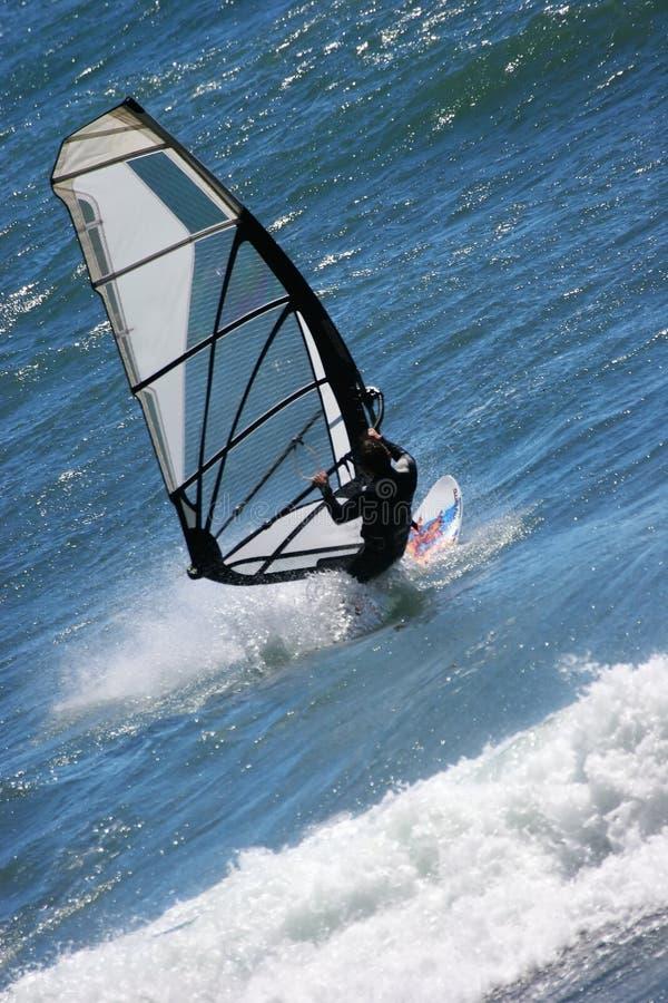 Praticare il surfing del vento fotografia stock