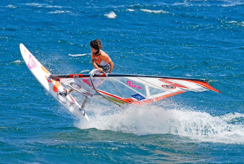 Praticare il surfing del vento fotografia stock libera da diritti