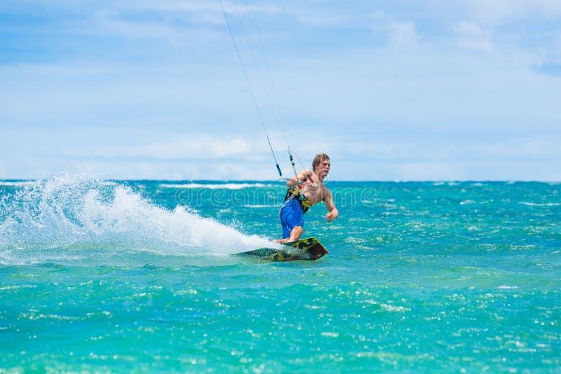 Praticare il surfing dell'aquilone immagine stock libera da diritti