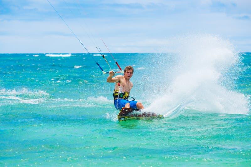 Praticare il surfing dell'aquilone immagini stock