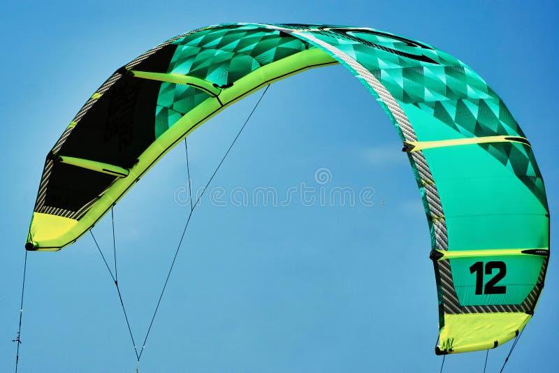 Download Praticare Il Surfing Dell'aquilone Immagine Stock - Immagine di sport, vento: 56888127