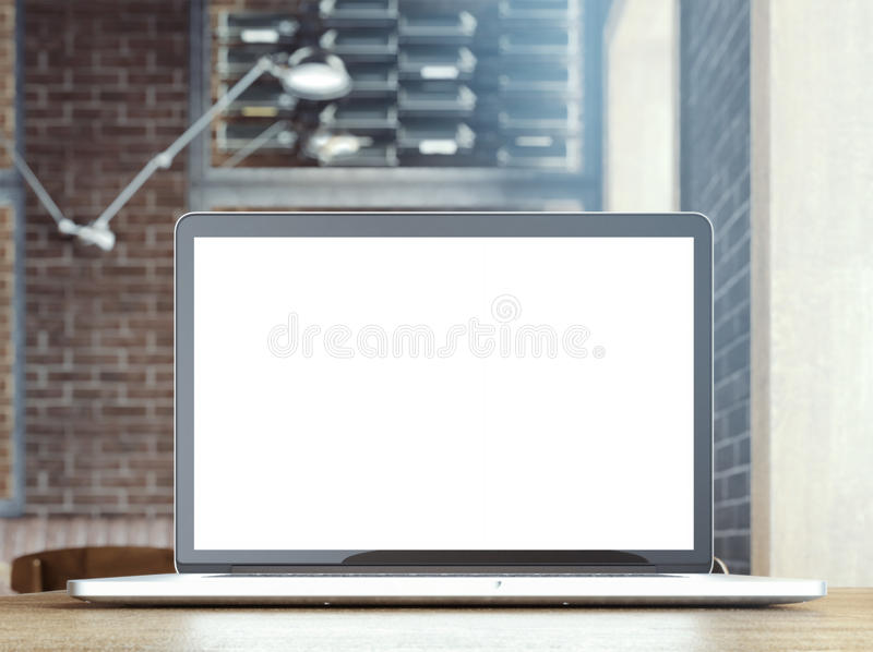 Praticare il surfing Internet sul computer portatile in un caffè immagine stock