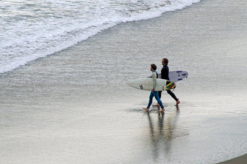 Praticare il surfing - ricreazione e sport fotografia stock libera da diritti