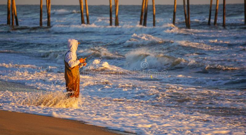 Pratichi il surfing la Nord Carolina dell'Oceano Atlantico di pesca fotografie stock