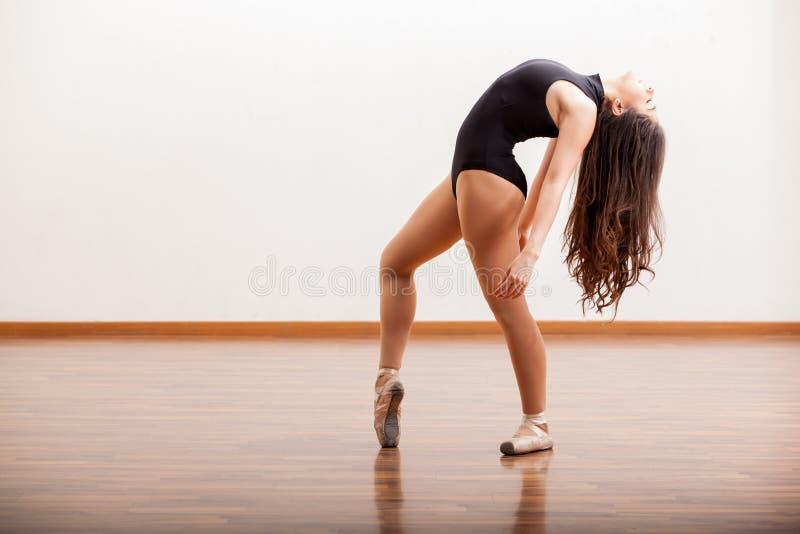 Pratique d'une routine de danse de ballet photographie stock libre de droits