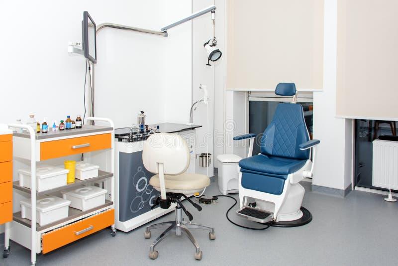 Pratique dentaire moderne Chaise dentaire et autres accessoires employés par des dentistes Dentiste Office, hygiène dentaire colo images libres de droits