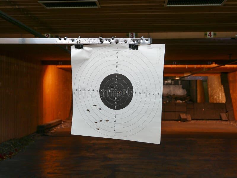 Pratique en matière de cible dans le champ de tir photo stock