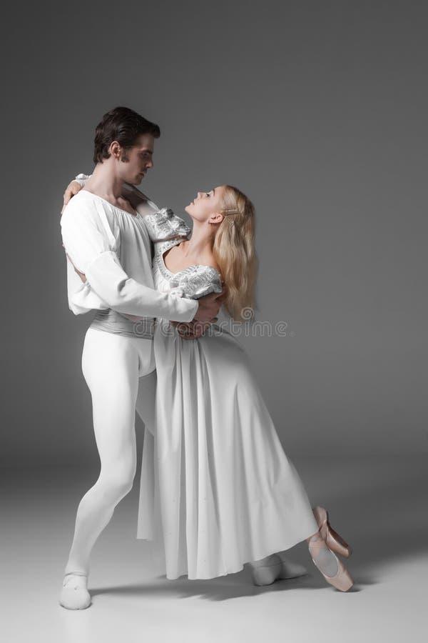 Pratique en matière de deux jeune danseurs classiques attrayant image stock