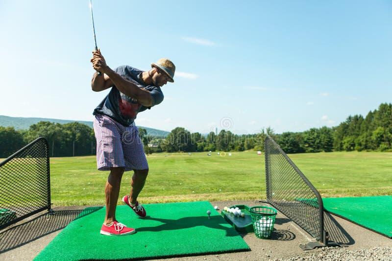 Pratique en matière de golf au champ d'exercice photo stock