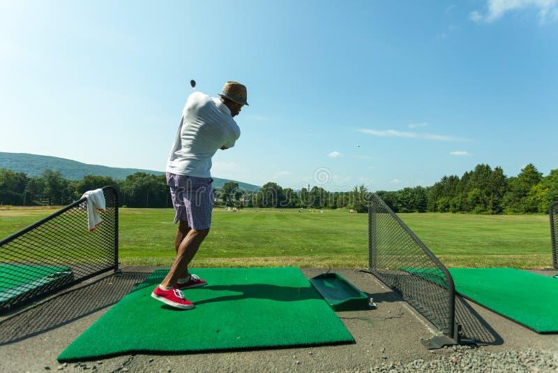 Pratique en matière de golf au champ d'exercice photos libres de droits