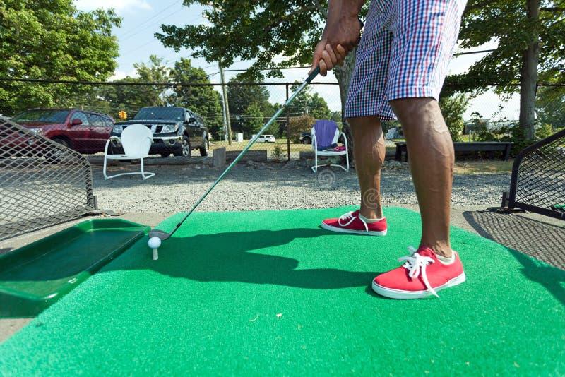 Pratique en matière de golf de champ d'exercice photo libre de droits