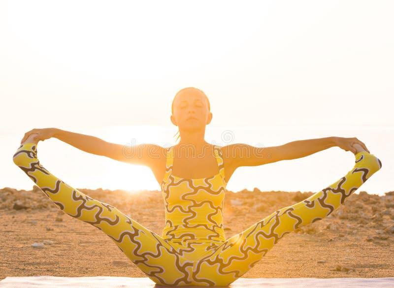 Pratique en matière de yoga au lever de soleil photographie stock libre de droits