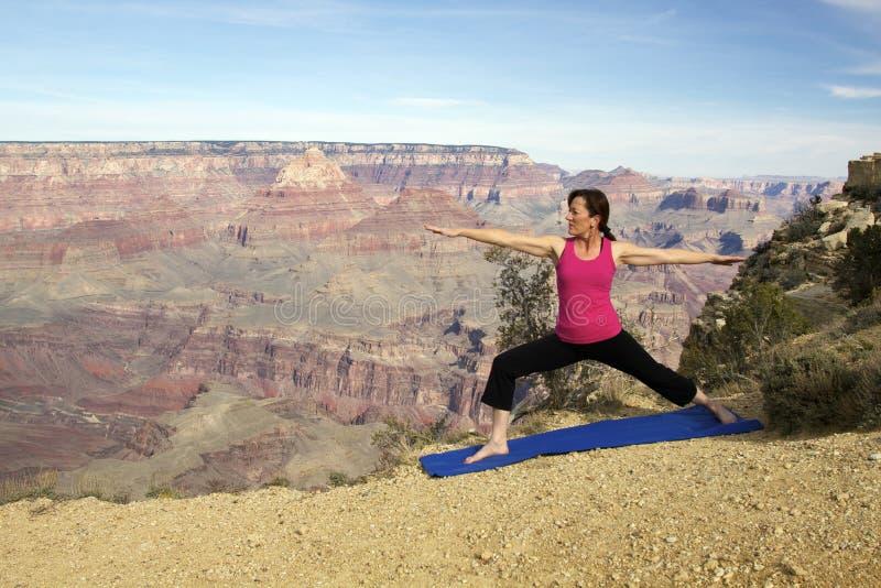 Pratique en matière de yoga de gorge grande images stock