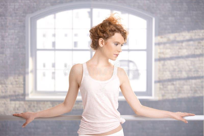 Pratique en matière se tenante prêt de barre de joli danseur images libres de droits