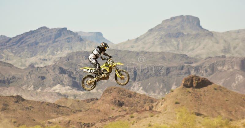 Pratiques en matière d'un coureur de motocross chez SARA Park image libre de droits