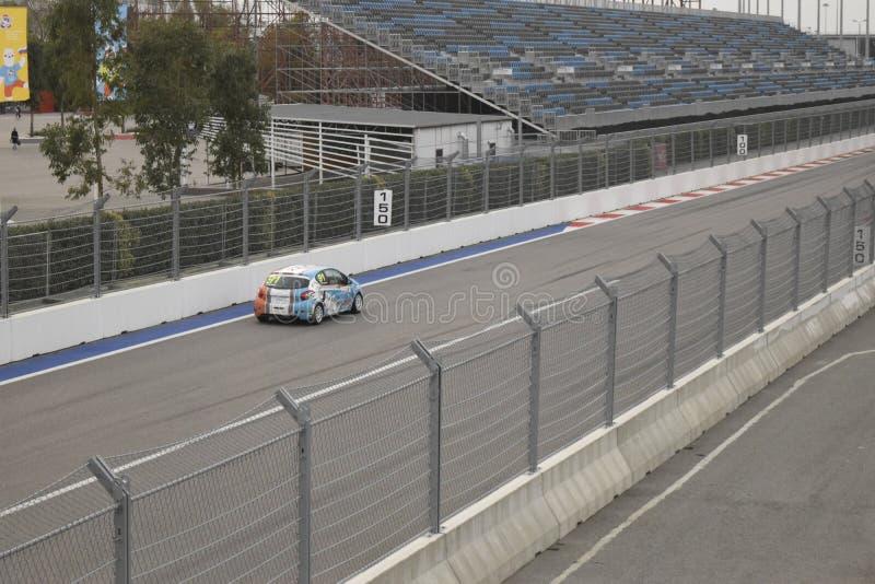 Pratiquez les courses sur la voie de la formule 1 en parc olympique images stock