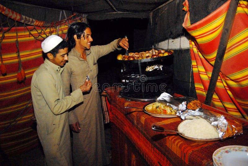 Prato árabe tradicional - Maqluba fotos de stock