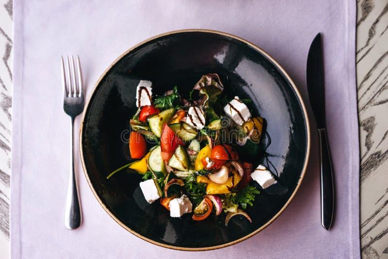 Prato apetitoso no restaurante, servindo na tabela com uma toalha de mesa lilás imagens de stock
