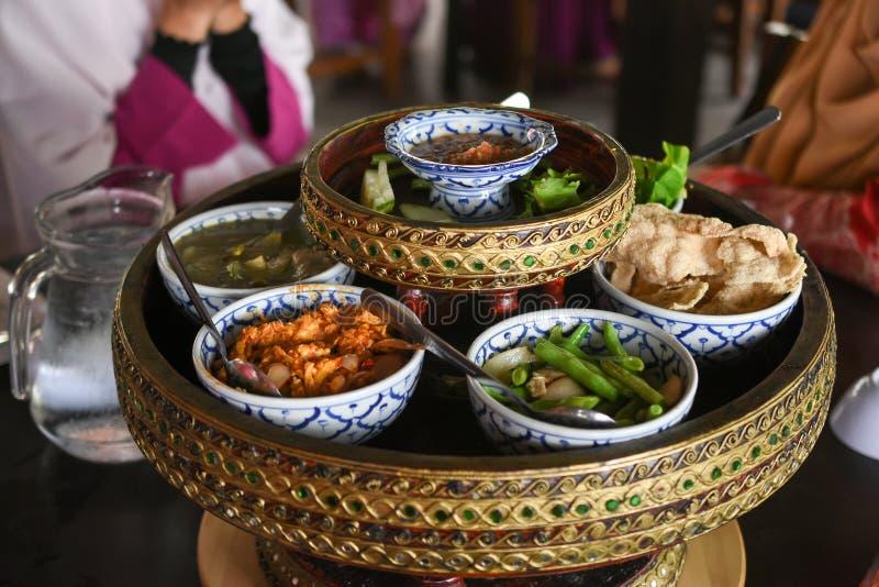 Prato asiático feito do arroz e da variedade misturada de vegetais, tofu, t fotografia de stock