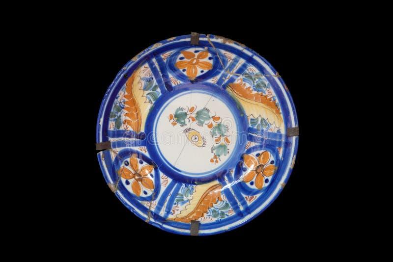 Prato cerâmico pintado à mão velho imagem de stock royalty free