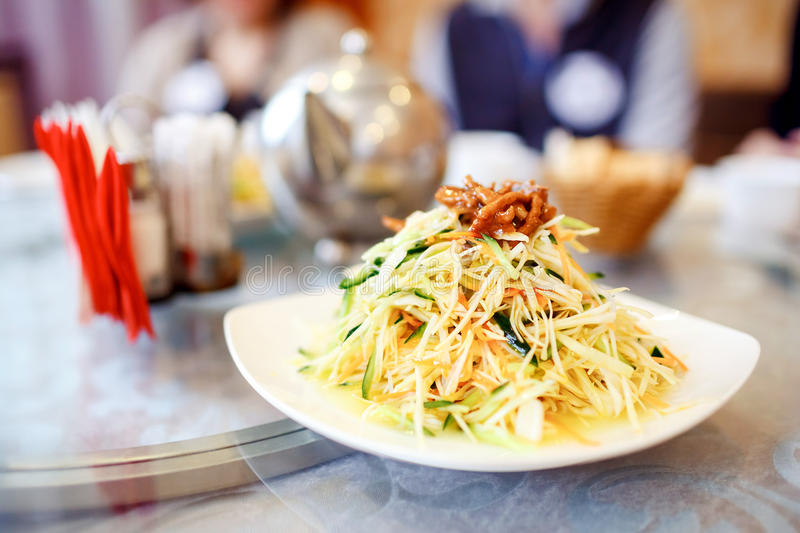 Prato chinês, salada caseiro no restaurante Série asiática da culinária imagens de stock royalty free