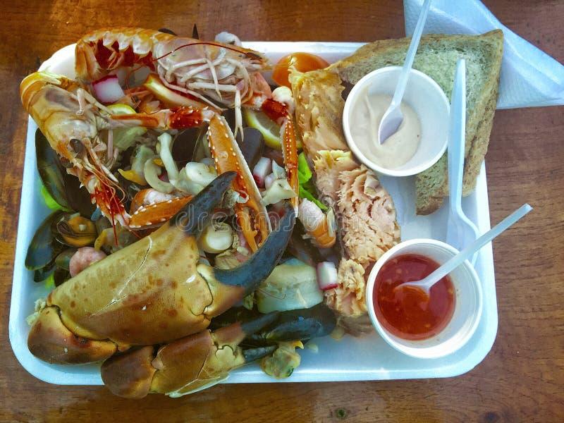 Prato com alimento e molho frescos de mar imagem de stock