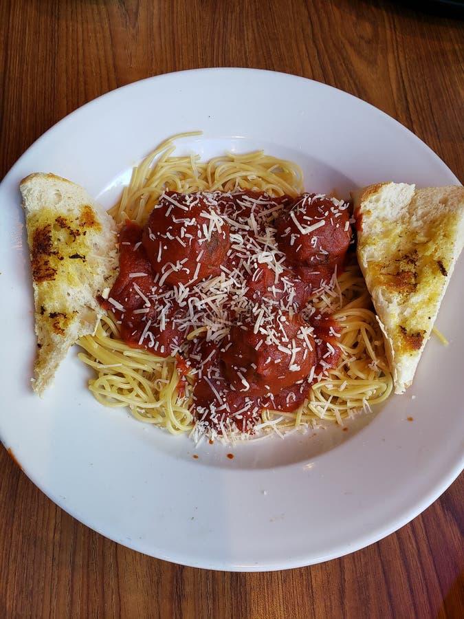 prato com as bolas da carne no molho de tomate, na massa e no brinde vermelhos, alimento italiano tradicional fotografia de stock royalty free