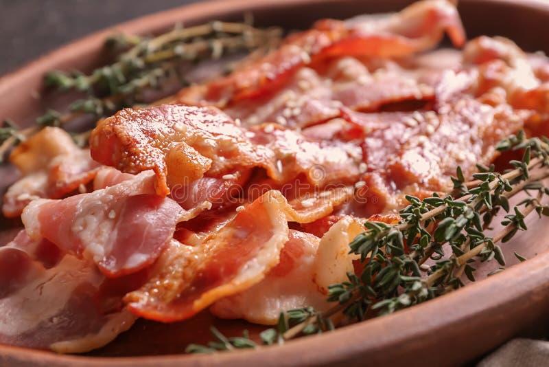 Prato com bacon saboroso, close up imagem de stock royalty free