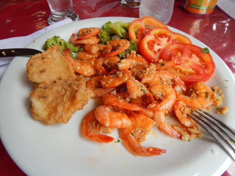 Prato com camarões fritados imagens de stock