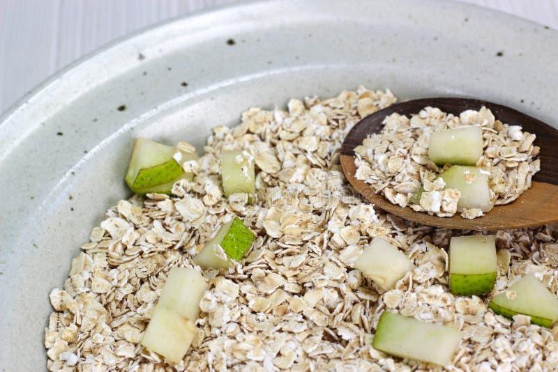 Prato com farinha de aveia e partes de maçã e de pera fotos de stock royalty free